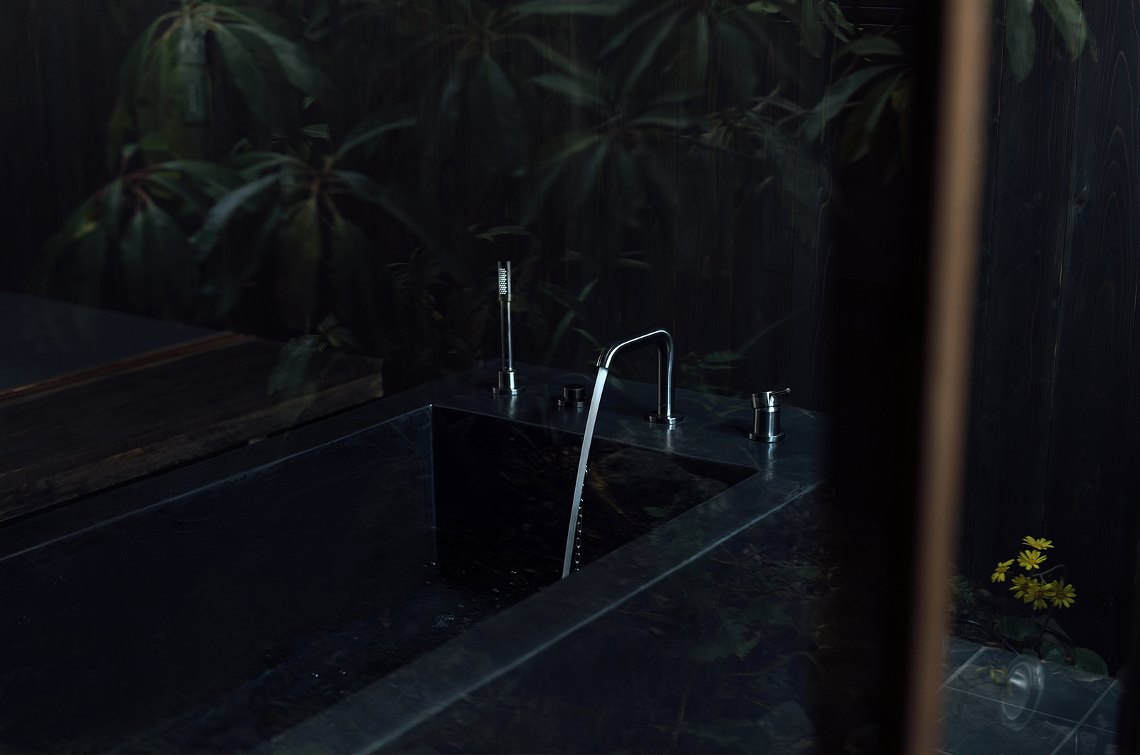 Maana Kamo bathtub detail